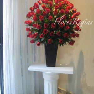 Espectacular 100 rosas rojas en base alta