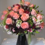 Ángel rosa con base muy elegante en negro