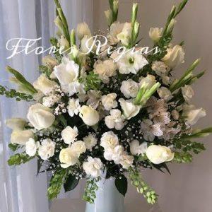 Arreglo de condolencias con 24 rosas blancas