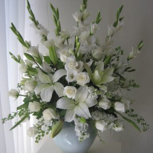 Arreglo de condolencias con 12 rosas blancas