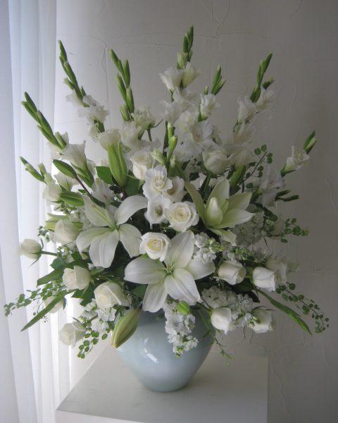 Arreglo de condolencias con 12 rosas blancas - Flores Regias