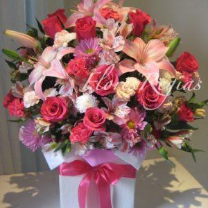 Caja de regalo blanca con rosas rosas