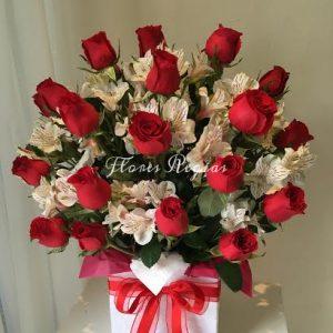 Caja de regalo con 24 rosas rojas