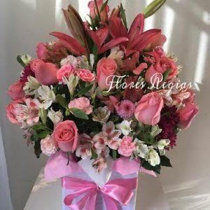 Caja de regalo con rosas rosas