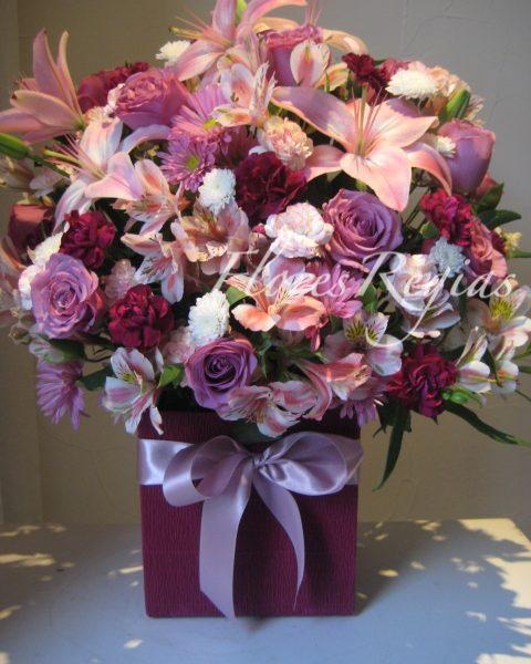 Caja de regalo morada con rosas lilas