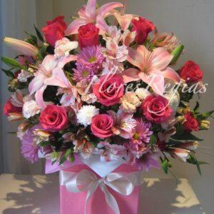 Caja de regalo rosa con rosas rosas