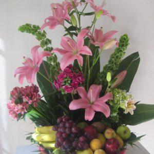 Canasta con lilis (rubinas) y fruta