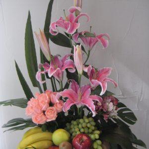 Canasta frutal con star geiser y rosas rosas