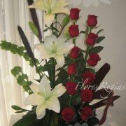 Cascada de 12 rosas rojas