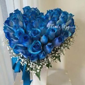 Corazón con 36 rosas azules en base alta de cerámica