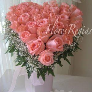 Corazón con 36 rosas rosas en base alta de cerámica