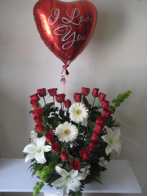 Arreglo floral con corazón de rosas