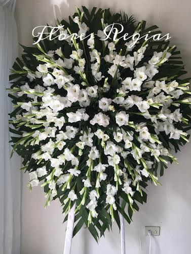 Corona de gladiolas blancas grande