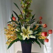 Arreglo de orquídeas cymbidium verdes, orquídeas dendrobium y tulipanes