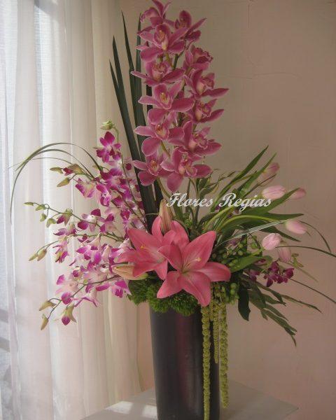 Arreglo de orquídeas cymbidium rosa, orquídeas dendrobium y tulipanes