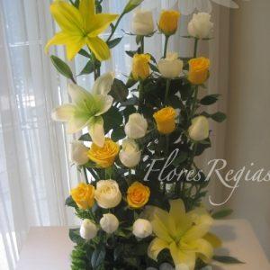 Escalonado 18 rosas blancas y amarillas