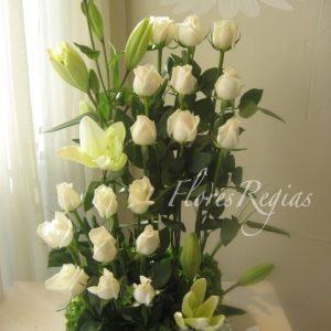 Escalonado 18 rosas blancas