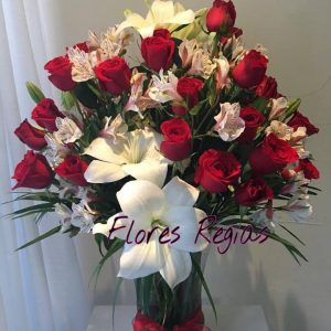 36 rosas rojas combinadas con lilis y astromerias