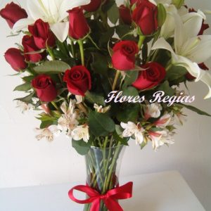 24 rosas rojas combinadas con lilis y astromerias