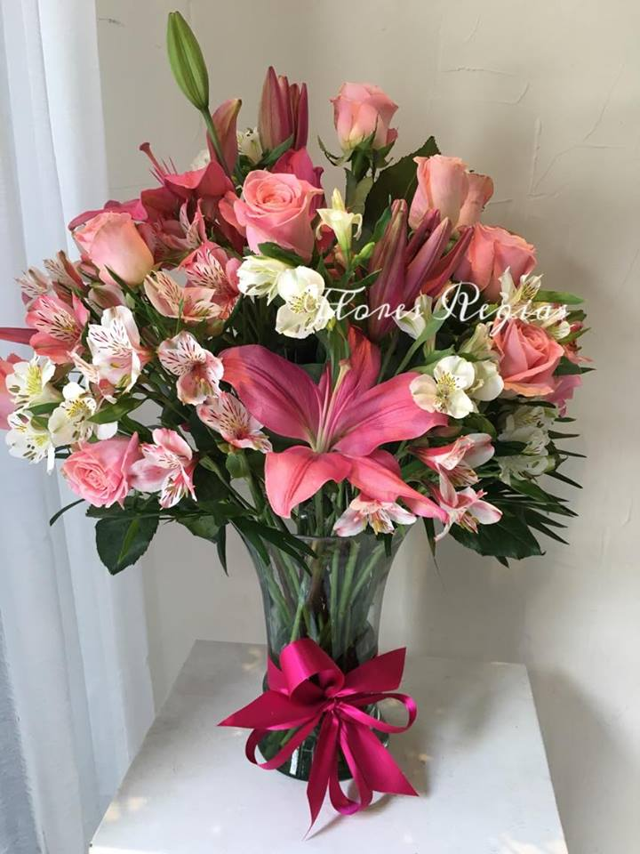 24 rosas rosas combinadas con lilis y astromerias