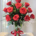12 rosas rojas en florero
