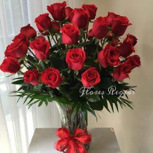 24 rosas rojas en florero