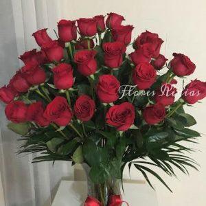 36 rosas rojas en florero