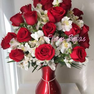 Hermoso florero rojo con 24 rosas