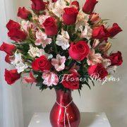 Hermoso florero rojo con 36 rosas