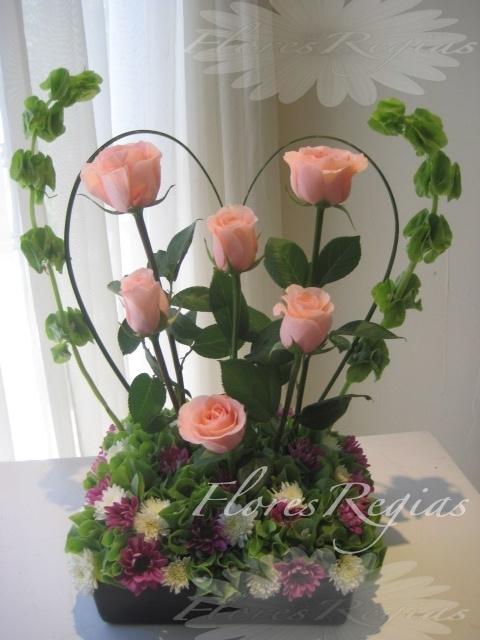 f78ef902b681f Detalle de 6 rosas rosas con follaje de corazón - Flores Regias