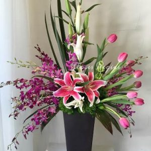 Arreglo de orquídeas dendrobium y tulipanes