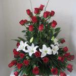 Arreglo de 50 rosas rojas con lilis blancas